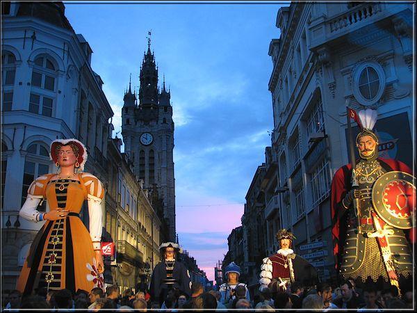 La cité des géants , ville minière de la Flandre romane, a pour emblème, les cinq membres de la famille Gayand. Le père, né vers 1530, serait le plus ancien des trois cents géants de la région Nord-Pas-de-Calais. Chaque année, en juillet, à l'occasion de la fête patronale, la famille Gayand parcourt les rues de ... , pendant trois jours.