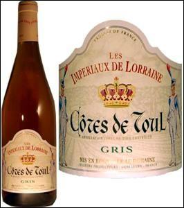 Eh ! nous avons le gosier sec ! Il faudrait penser à rempli les verres. Un verre de Côtes-de-Toul devrait vous plaire. Où me suivrez-vous pour le boire ?
