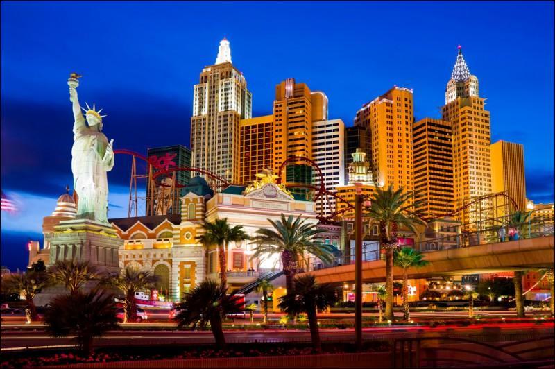 Quelle est cette ville qui a acquis une renommée mondiale grâce à ses casinos et ses revues ?