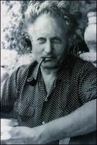 Né à Manosque (Alpes-de-Hautes-Provence) le 30 mars 1895, écrivain et scénariste, on me doit des œuvres comme  Regain  en 1930. Mobilisé en 1915, je ne suis que légèrement gazé, choqué par l'horreur vécue sur les champs de batailles, je deviens un pacifiste convaincu. Je m'éteins emporté par une crise cardiaque le 9 octobre 1970 dans la ville qui m'a vu naître :