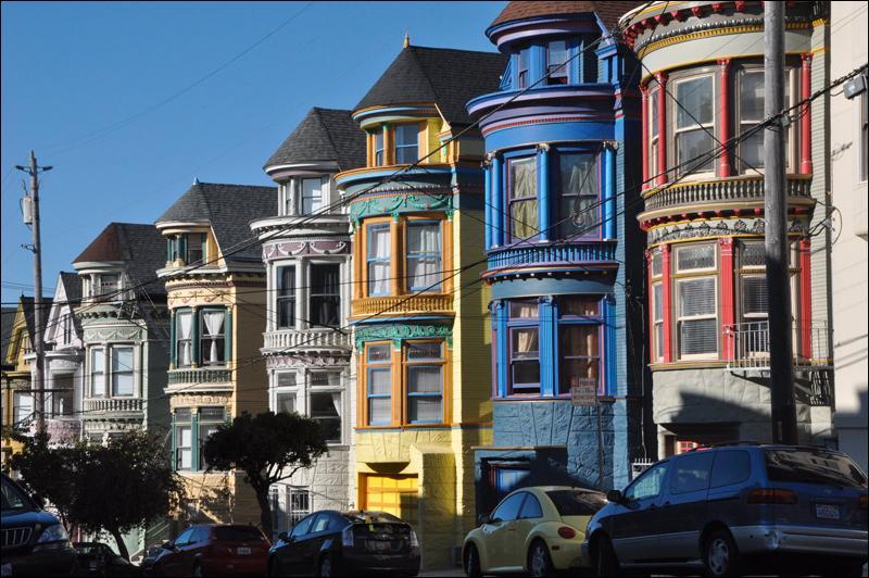 Où se trouve  la maison bleue adossée à la colline  ? Qui chante  Lizard et Luc, Psylvia, attendez-moi !   ?