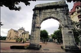 Où se trouve l'Arc romain de Campanus ?