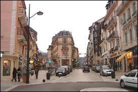 Je me trouve dans la 2è plus grande ville de Savoie (en population). On y trouve également le plus grand port de plaisance en eau douce de France. Je suis dans la ville ...
