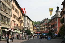 En 1295, cette ville devient la préfecture politique des Comtes de Savoie. Il s'agit de la ville ...