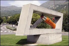 Je vous présente le plus grand Opinel du monde. Il se trouve au milieu d'un rond-point de la ville ...