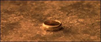 Dans  La communauté de l'anneau , quel(s) personnage(s) ne sont/n'est pas assis au conseil de l'anneau à Foncombe ?