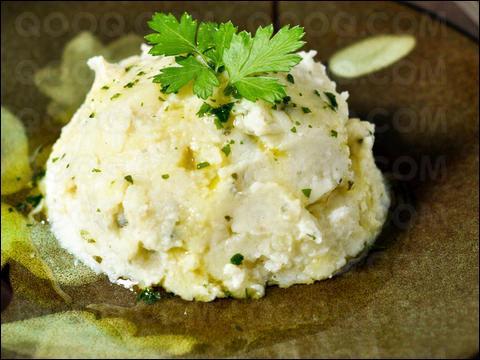 Quel est l'ingrédient principal du plat appelé estofinado que l'on peut déguster en Aveyron ?