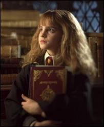 Dans  Harry Potter à l'école des sorciers  par quoi Hermione se fait-elle attaquer ?