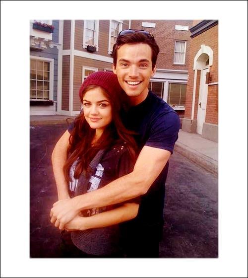 Où se sont rencontrés Aria et Ezra Fitz ?