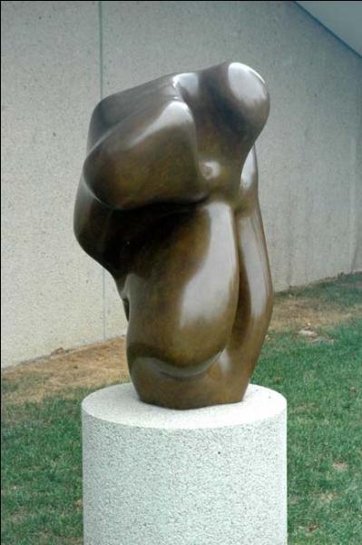 Quel est le nom de ce sculpteur et poète surréaliste qui donna à ses œuvres des formes abstraites très particulières ?
