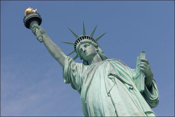 On lui doit  La liberté éclairant le monde , mais aussi  Le lion de Belfort  et moult chefs-d'œuvres. Qui est-ce ?