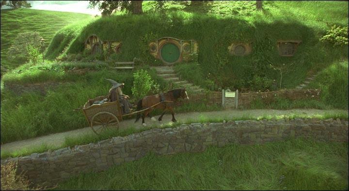 Comment Gandalf est-il officiellement surnommé dans la comté ?