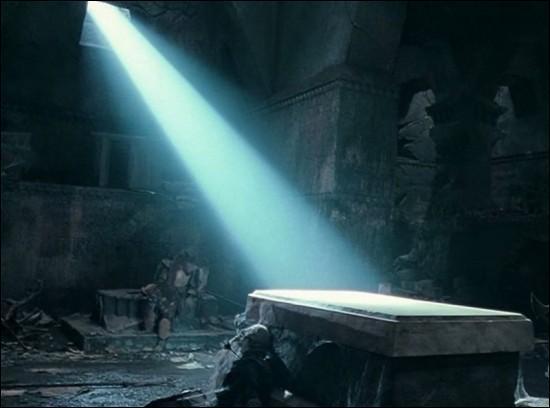 Dans la salle de Mazarbul, qu'est-il écrit sur le tombeau ?