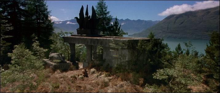 Lors de la bataille d'Amon Hen, de quoi Boromir sauve-t-il Merry et Pippin ?