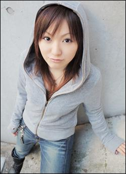 Quel est le nom de la doubleuse de Sayaka ?