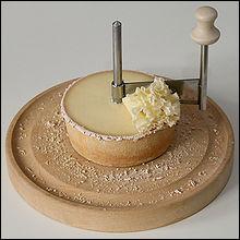 Cet ustensile de cuisine sert à racler le fromage suisse  Tête de Moine  et à former de jolies pétales.