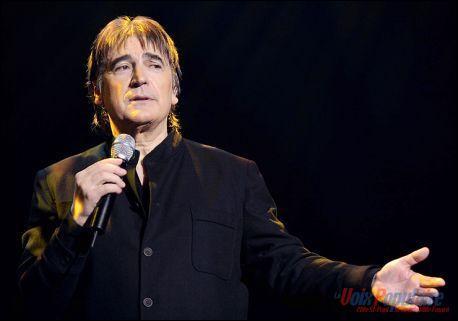 Comment s'appelle ce chanteur qui allait voir  Les p'tites femmes de Pigalle , alors qu'il était pourtant  malade  ?