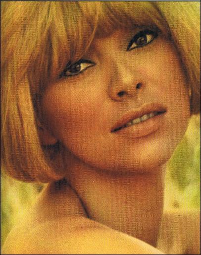 Comment s'appelle cette actrice, femme remarquable, dont le décolleté arrière, dans  Le grand blond , émoustilla quelques générations de spectateurs ?