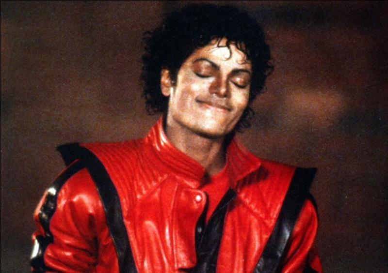 Dans le clip de la chanson  Thriller , en quoi se transforme Michael en premier ?