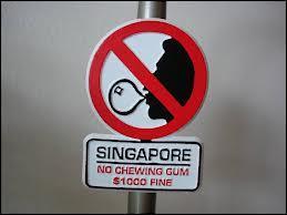 Depuis quelle année est-il interdit de vendre et de consommer des chewing-gums à Singapour (sauf pour usage médical) ?