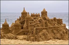 Près de quelle grande ville d'Italie est située Eraclea, ville où il est interdit de construire des châteaux de sable ?