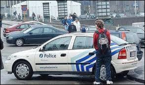 En Angleterre, après avoir posé quelle main sur une voiture, un homme a-t-il le droit d'uriner sur le pneu arrière du véhicule ?