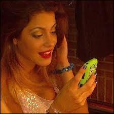 Ludmila compose une nouvelle chanson :  Si es por amor ..... l'écoute et Pablo décide qu'elles fassent un duo sur cette chanson, elle ne sont alors pas d'accord du tout. Violetta s'assoit sur un banc en essayant de joindre Leon. Elle le voit ensuite avec ...