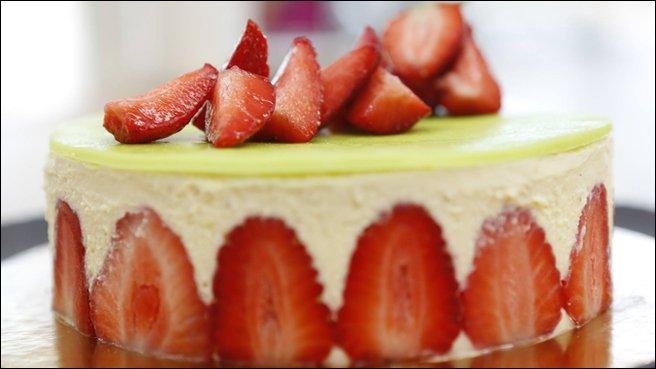 Des fraises, une crème onctueuse et une belle génoise. Grand classique de la pâtisserie.