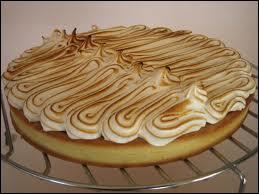 De la meringue, du citron. Un bon moyen d'aimer le goût acide du citron dans cette tarte.