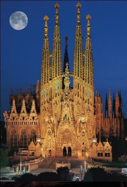 Art - La construction de la Sagrada Familia a débuté en 1882 mais quand a-t-elle été achevée ?