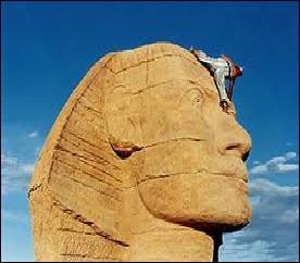Cinéma - Qui casse le nez du sphinx dans le film réalisé en 2002 par Alain Chabat ?