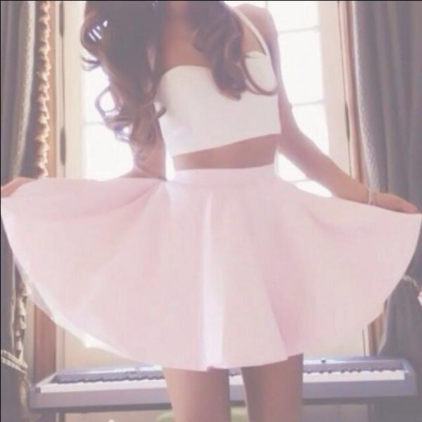 Comment s'appelle le style de jupe qu'Ariana Grande porte ?
