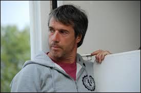 Acteur et réalisteur né en 1968, il est l'ami de sa jument  Gazelle , avec qui il va découvrir les joies de l'équitation. Qui est-ce ?