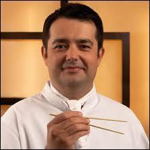 C'est l'un des plus grands cuisiniers de France. Il est né en 1970 à Valence en Drôme. Qui est-ce ?