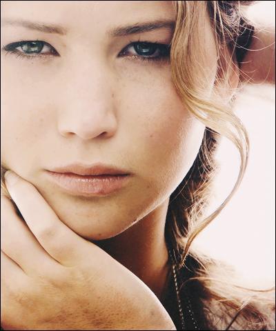 Au début du film, lorsqu'ils chassent, qu'arrive-t-il à Katniss ?