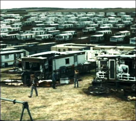 Désormais forcé à faire du camping, le trio cherche l'endroit idéal pour dresser la tente. Que se passe-t-il dans le camping-caravaning de la photo ci-contre ?