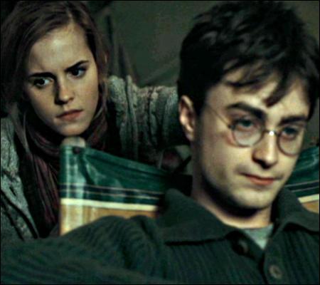 Séance coiffeur pour Harry, perdu dans ses sombres pensées. Et la coiffeuse, à quoi pense-t-elle ?