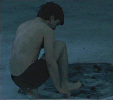 Entre ces deux questions, Harry a combattu un serpent qui avait pris possession d'une vieille femme (préalablement massacrée). Bref. Ici, Harry craque. Il va se baigner dans une mare à 2°C en pleine nuit. Pourquoi, Harry, pourquoi ?