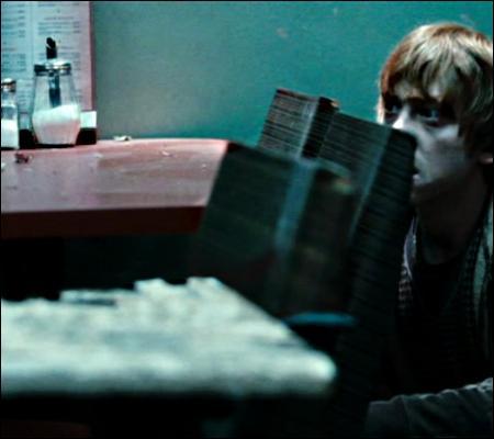Le trio se rend donc dans un café, pour noyer leur malheur dans le cappuccino. Mais Ron, ce trublion, décide de faire un cache-cache. Pourquoi ?