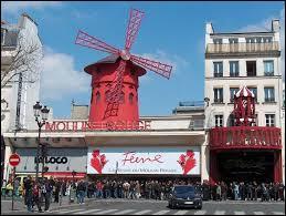 Avec qui est-elle prise en photo devant le Moulin Rouge ?
