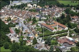 Voici la ville Iséroise du Pont-de-Beauvoisin vue du ciel. Elle se situe en région ...