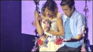 Comment se passe la scène du baiser de León et Violetta ?