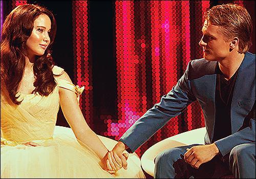 Vient le moment de l'interview des vainqueurs, qui est passée très rapidement dans le film. À cette occasion, Katniss remarque quelque chose qui n'est pas mentionné dans le film. De quoi s'agit-il ?