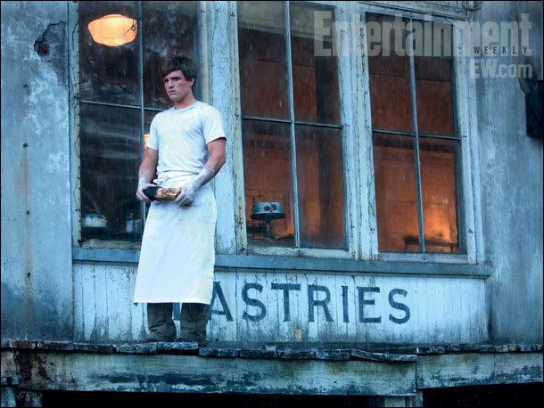 Lorsque Peeta est à son tour tiré au sort, on assiste à un flashback dans lequel Peeta lance des pains à Katniss. Les deux personnages ont l'air d'avoir leur âge actuel. Mais quel âge ont-ils en réalité ?