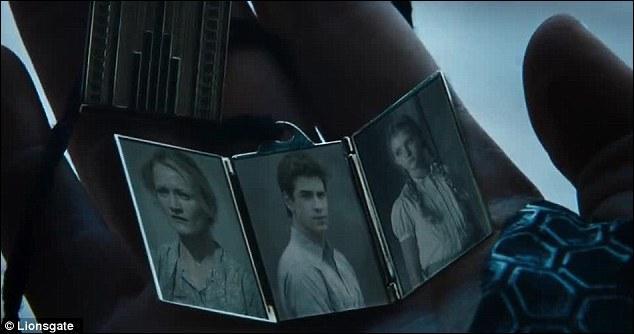 C'est le temps des adieux ! Avant de quitter le District, Katniss reçoit la visite de Gale et sa famille. Dans le livre, qui d'autre lui rend visite ?