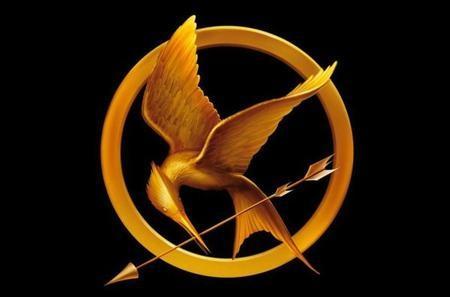 Lors de cette visite d'adieu, Prim offre à Katniss la broche que cette dernière lui avait donnée le matin même pour lui porter chance lors du tirage (remarquez que ça n'a pas marché plus que ça). Dans le livre, qui la lui offre ?