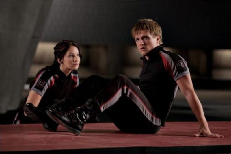 Les tributs s'entraînent ensemble pendant trois jours. Katniss pousse Peeta à montrer ses talents malgré l'interdiction formelle d'Haymitch. Il prend alors des poids et les lance pour montrer sa force. Comment cet évènement se déroule-t-il dans le livre ?