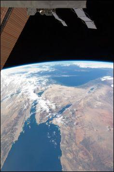 Depuis l'espace, de quelle couleur apparaît la Terre ?