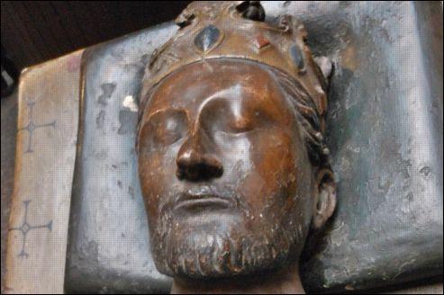On doit à Richard Ier Cœur de Lion l'érection de Château-Gaillard aux Andelys. Il fut tué à Chalus près de Limoges et inhumé à Fontevraud près de Saumur. Comment s'appelait sa mère ?