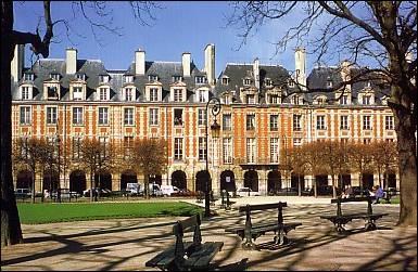 Quelle est cette place de Paris, ancienne  Place royale  située dans le Marais ?